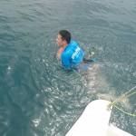 予想外の膨らみ方に!  2種類のライフジャケットを着て海に落水してみた!